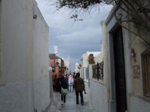 サントリーニ島・白壁に囲まれた細い道