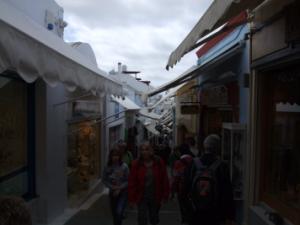 サントリーニ島のフィラの繁華街ちょっと狭いですが